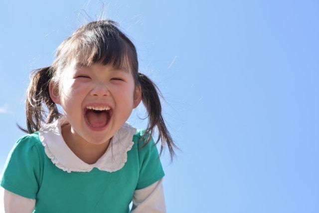 あははと楽しげに笑う女の子