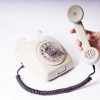 つーと受話器から聞こえる信号音