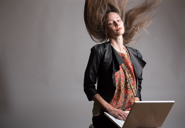 ざんばらに髪が乱れる女性