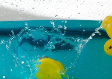 ばちゃっと水面におもちゃが跳ねる