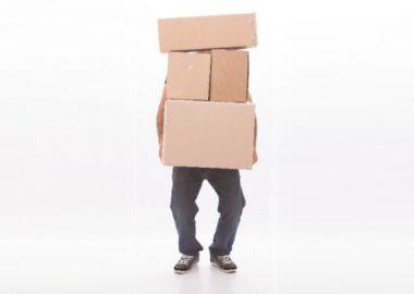えんやらえんやらと荷物を運ぶ男性