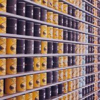 ぴっしりと缶詰が並ぶ