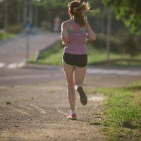 とととんと軽快に走る女性