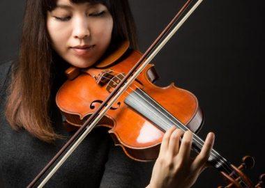 ぎこぎことバイオリンをひく女性