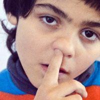 鼻にずぼりと指を入れる男性