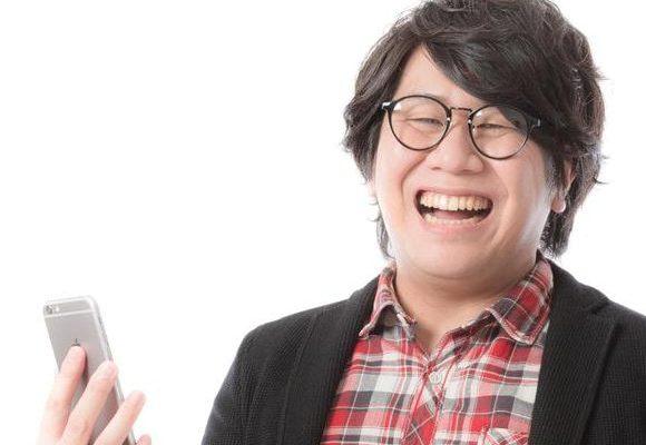 げたげた笑う男性