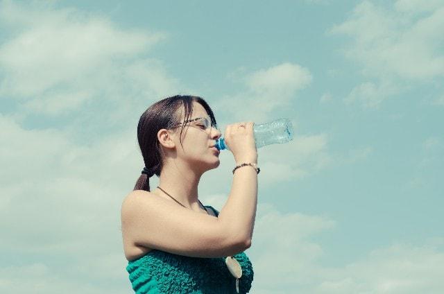 ごっくりと水を飲む女性