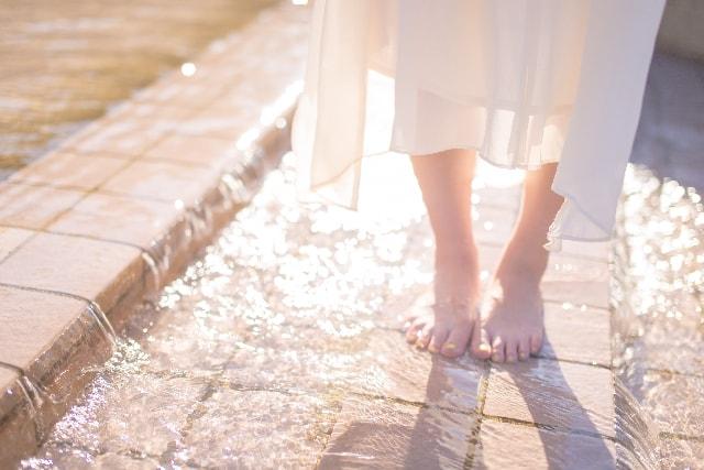 したしたと裸足で歩く女性