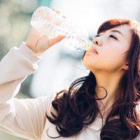 ぐびぐびと水を飲む女性