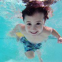 すいすいと泳ぐ男の子