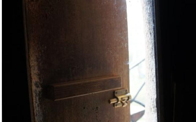 古い扉がぎーと開く