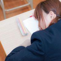 授業中にくーくーと寝息を立てる女子高生