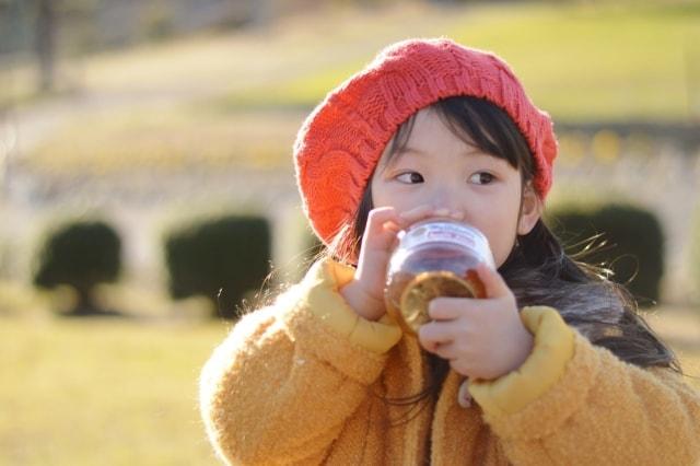 こくんとジュースを飲む女の子