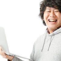 げたっと笑う男性