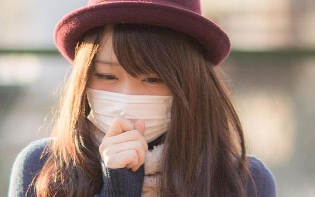 くしゅんとくしゃみをする女性