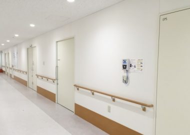 しんとする病院の廊下