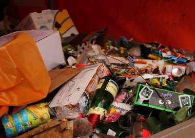 ごちゃごちゃに捨てられたゴミ