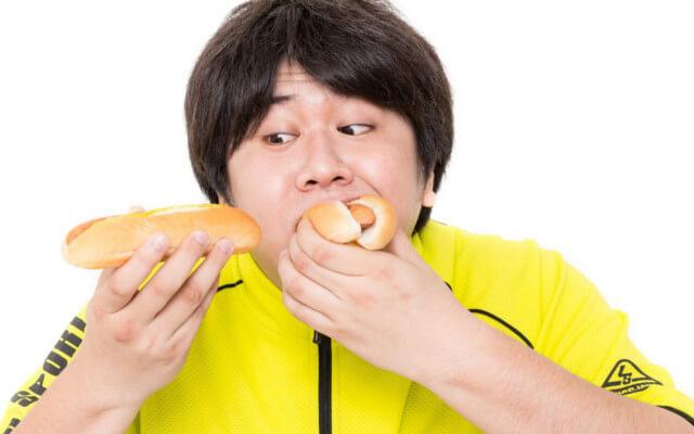 ばくりばくりとパンを食べる男性