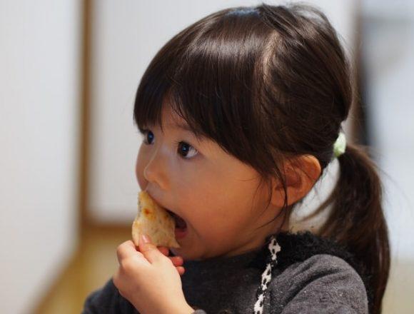 あんと口を大きく開けて食べる女の子