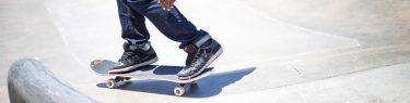 ごーっと音を立てて走るスケートボーダー