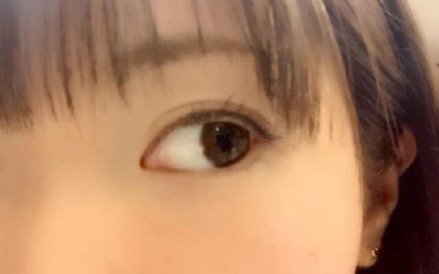 ぱっちりとした目の女性