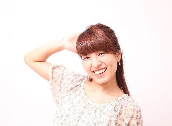 いひひと笑う女性