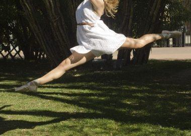 とーんと跳ぶ女性