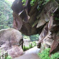 ごつごつとした岩