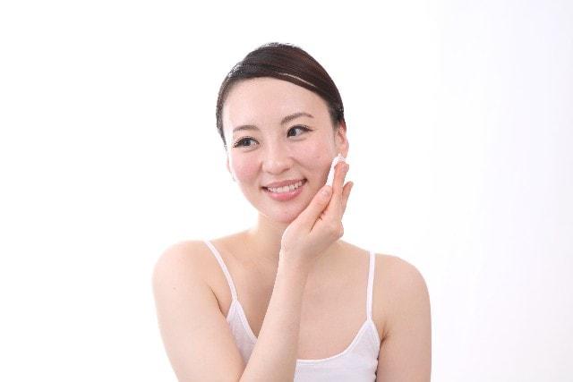 しとっと化粧水をつける女性