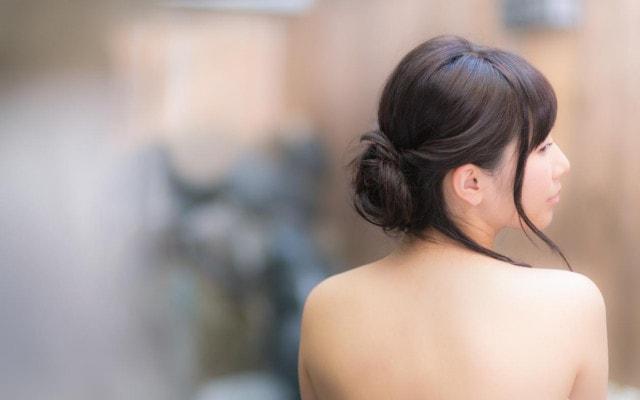 すっぽんぽんで入浴する女性