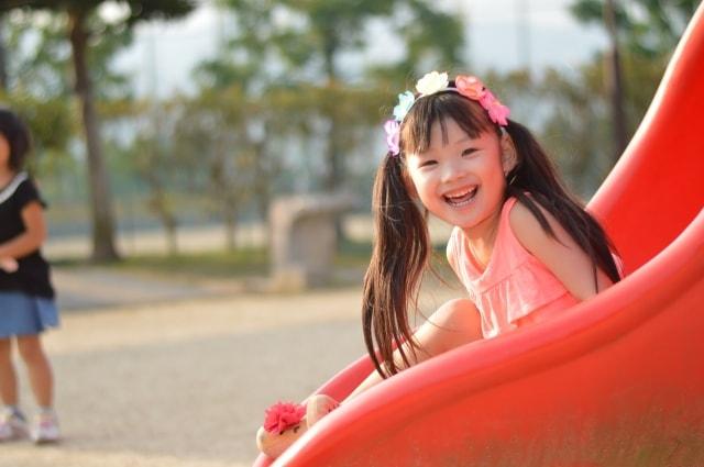するっと滑り台を滑る女の子