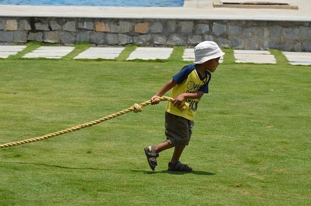 ずるりずるりとロープを引く子ども
