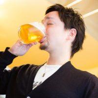 がぼがぼとビールを飲む男性