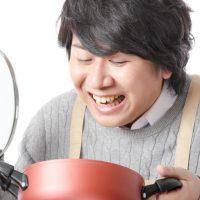 かぱっと鍋の蓋を開ける男性