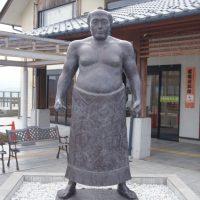 どしっとした風格の銅像