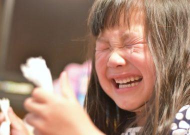 うえんうえんと泣きじゃくる女の子