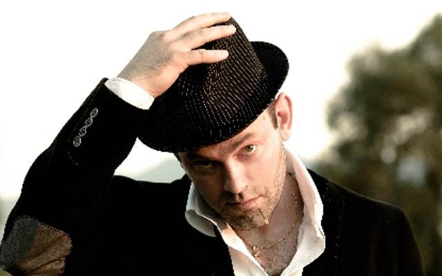 すぽっと帽子を被る男性
