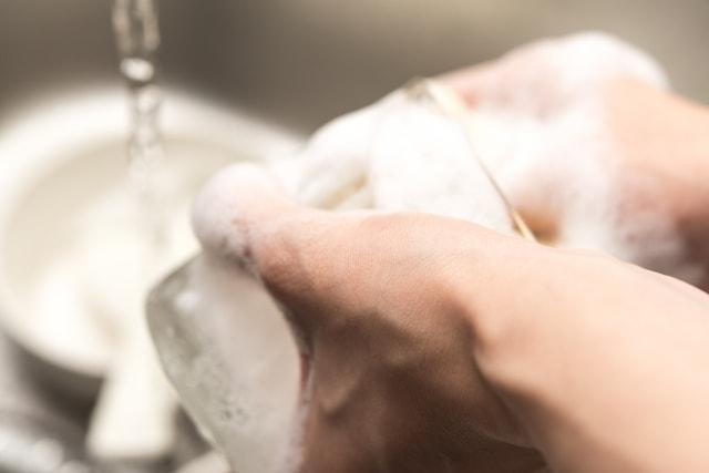 グラスをきゅっきゅっと洗う