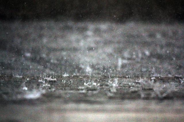 どっと雨が振る