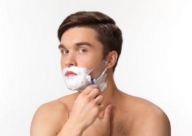 しょりしょりとヒゲを剃る男性