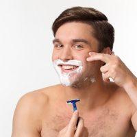 じょりじょりヒゲを剃る男性