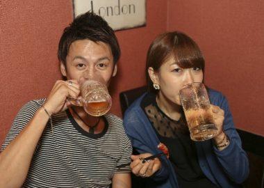 ごくごくビールを飲む男女