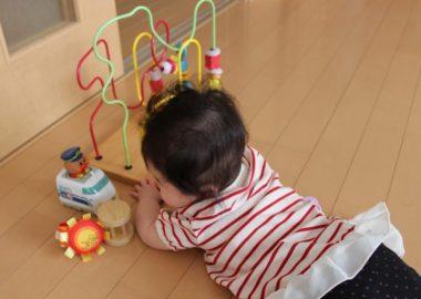 かったんこっとんとおもちゃで遊ぶ子ども