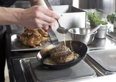 じわりと肉を焼いていく