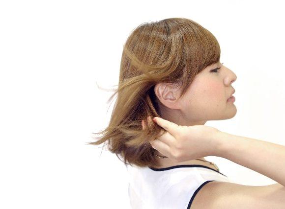 そよりそよりと風に髪が流れる女性
