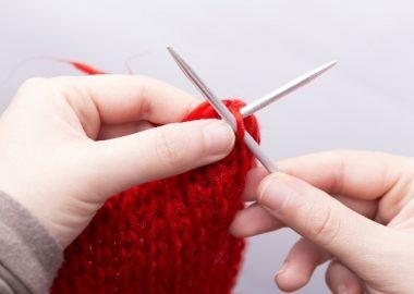 くいくいと編み物をする