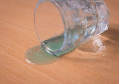 グラスがかったんと倒れる