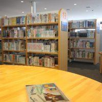 ひそと静まり返る図書室