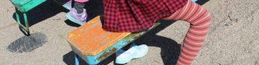きーこきーことシーソーで遊ぶ子ども