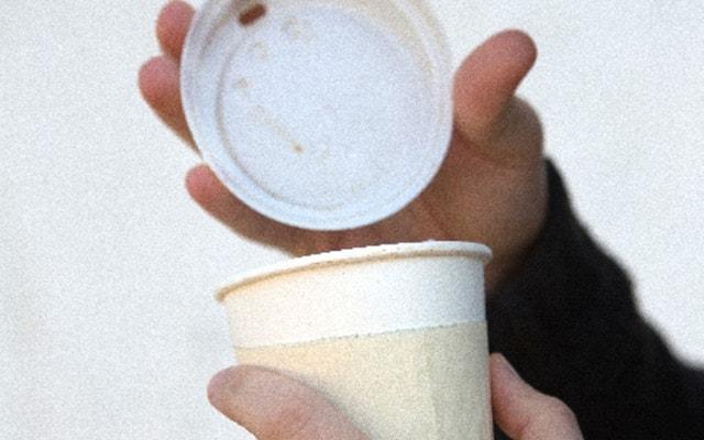 かぽっとコーヒーの蓋を開ける